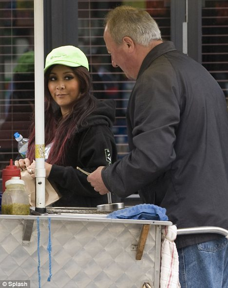 Pregnancy cravings: Snooki indulged in a hot dog from a street vendor in Jersey City
