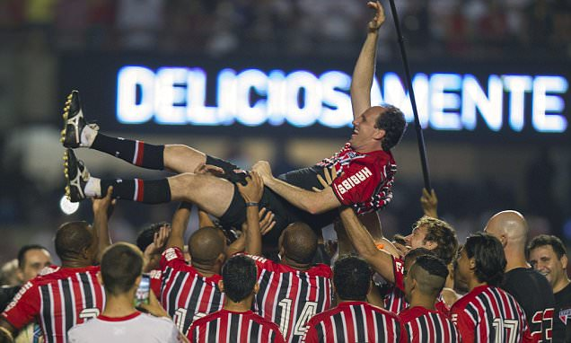 Sao Paulo goalkeeper Rogerio Ceni hangs up his gloves as record-breaker after scoring