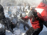 People participate in a giant snowball fight in Dupont Circle in Washington on January 24, 2016 ©Olivier Douliery (AFP)