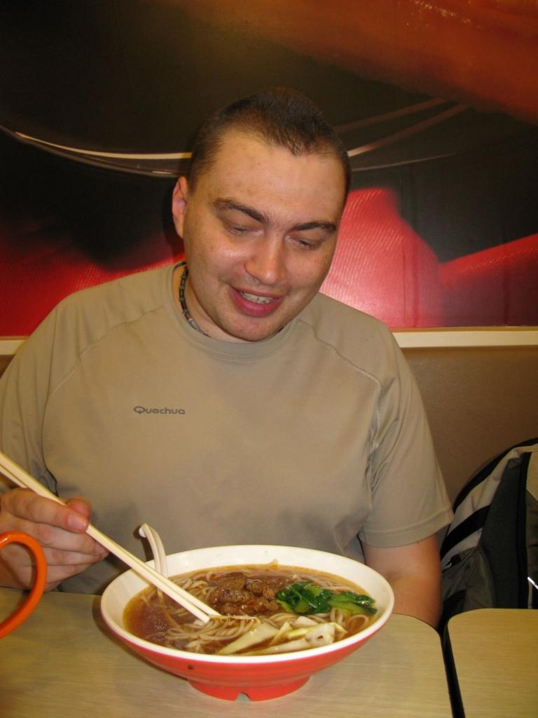 """Twardy jestem. Zjadłem zupę bez użycia łyżki. Wszystkie kawałki twarde łapie się pałeczkami, a zupę """"wysiorbuje"""""""
