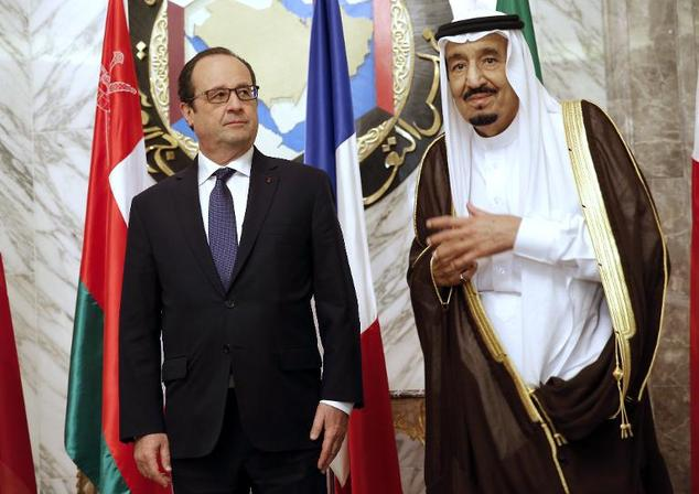French President Francois Hollande (L) stands beside Saudi Arabia''s King Salman during the the Gulf cooperation council summit in Riyadh on May 5, 2015
