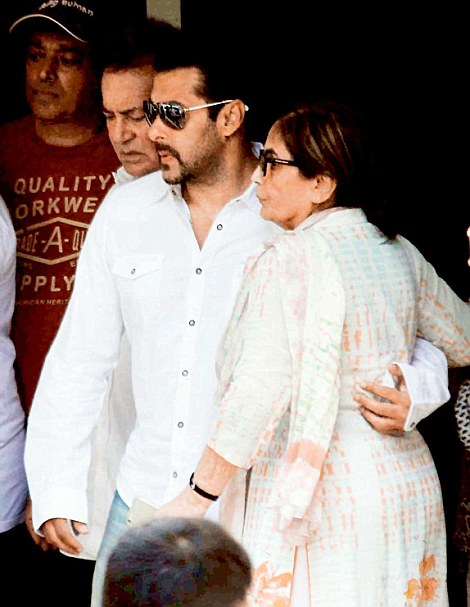 Salman Khan with his mother Salma and father Salim before leaving for the Mumbai sessions court