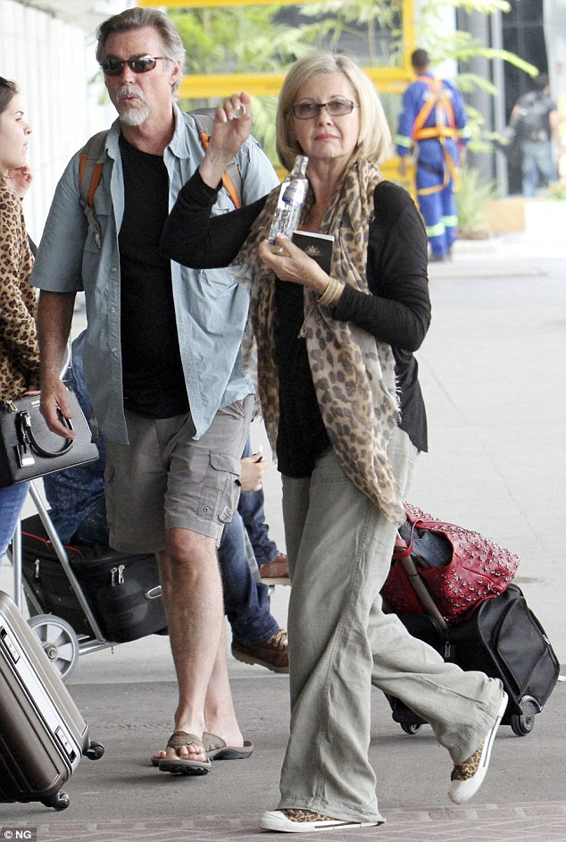 Oh hi there!The Australian star gave photographers a little wave as she headed into the airport, passport and a refreshing water in hand