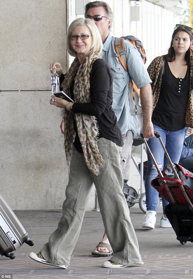 Flight suit:For her flight Olivia dressed comfortable in a pair of loose fit moss linen pants with a long sleeved black T-shirt