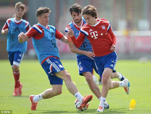 (L-R) Tobias Schweinsteiger, Javi Martinez and Gianluca Gaudino compete for the ball during training