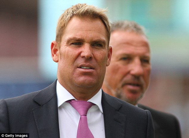 Shane Warne waslks ahead of Sir Ian Botham on the Oval outfield ahead of the first day of the fifth Test