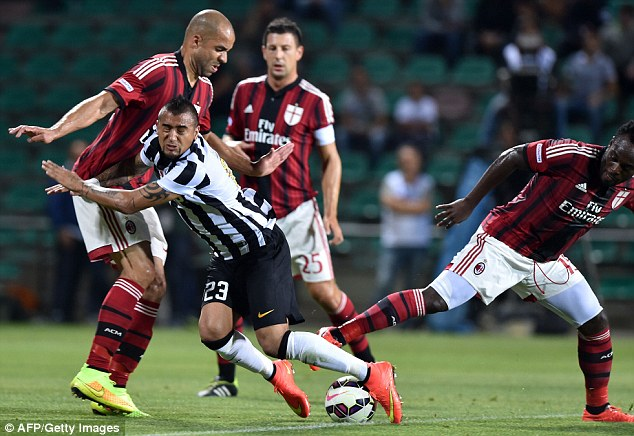 Feeling Chile? United have cooled interest in a move for Juventus midfielder Arturo Vidal (second left)