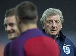 epa05230987 Coach Roy Hodgson (R) of the English national soccer team watches his players during a training session in Berlin, Germany, 25 March 2016. The English national soccer team will play against Germany in a test match on 26 March 2016 in Berlin.  EPA/SOEREN?STACHE