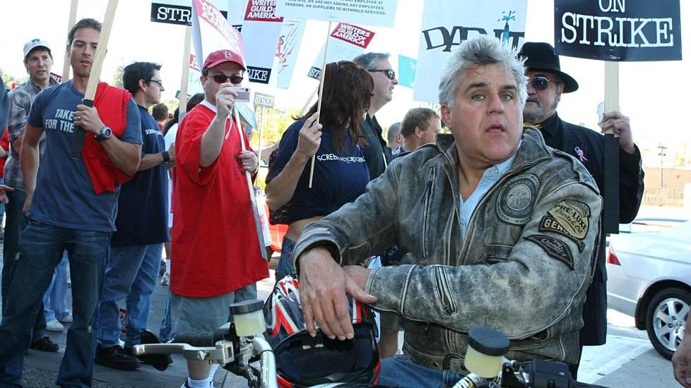 Jay Leno moottoripyöränsä selässä 2007 antamassa tukeaan käsikirjoittajille, jotka osoittivat mieltään Universal-studioiden edustalla.