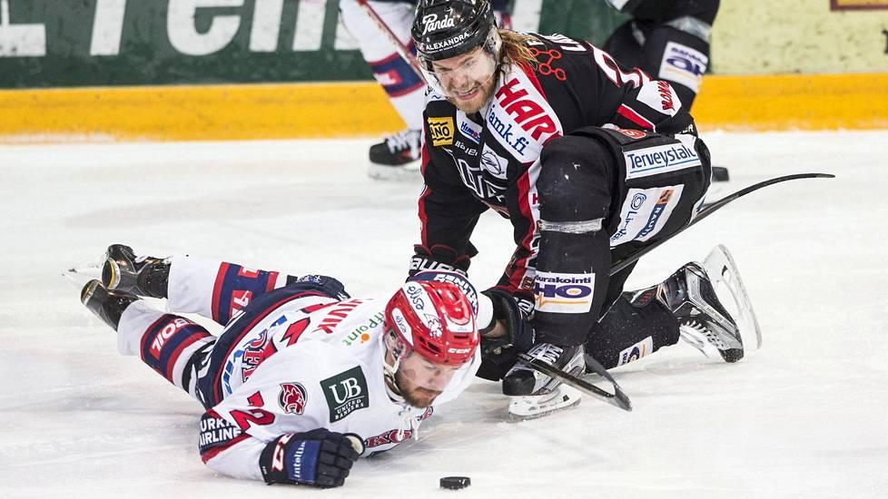 Miika Lahden (oik.) JYP alisti lauantaina Siim Liivikin HIFK:ta selvin lukemin.