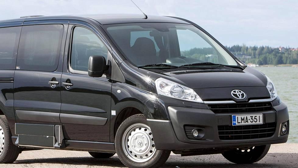 Kuvassa Toyota Proace, jonka sisarmalleja ovat Peugeot Expert ja Citroen Jumpy.