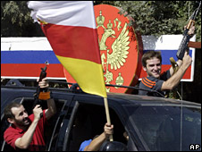 South Ossetian residents celebrate the Russian president's declaration (26 August 2008)