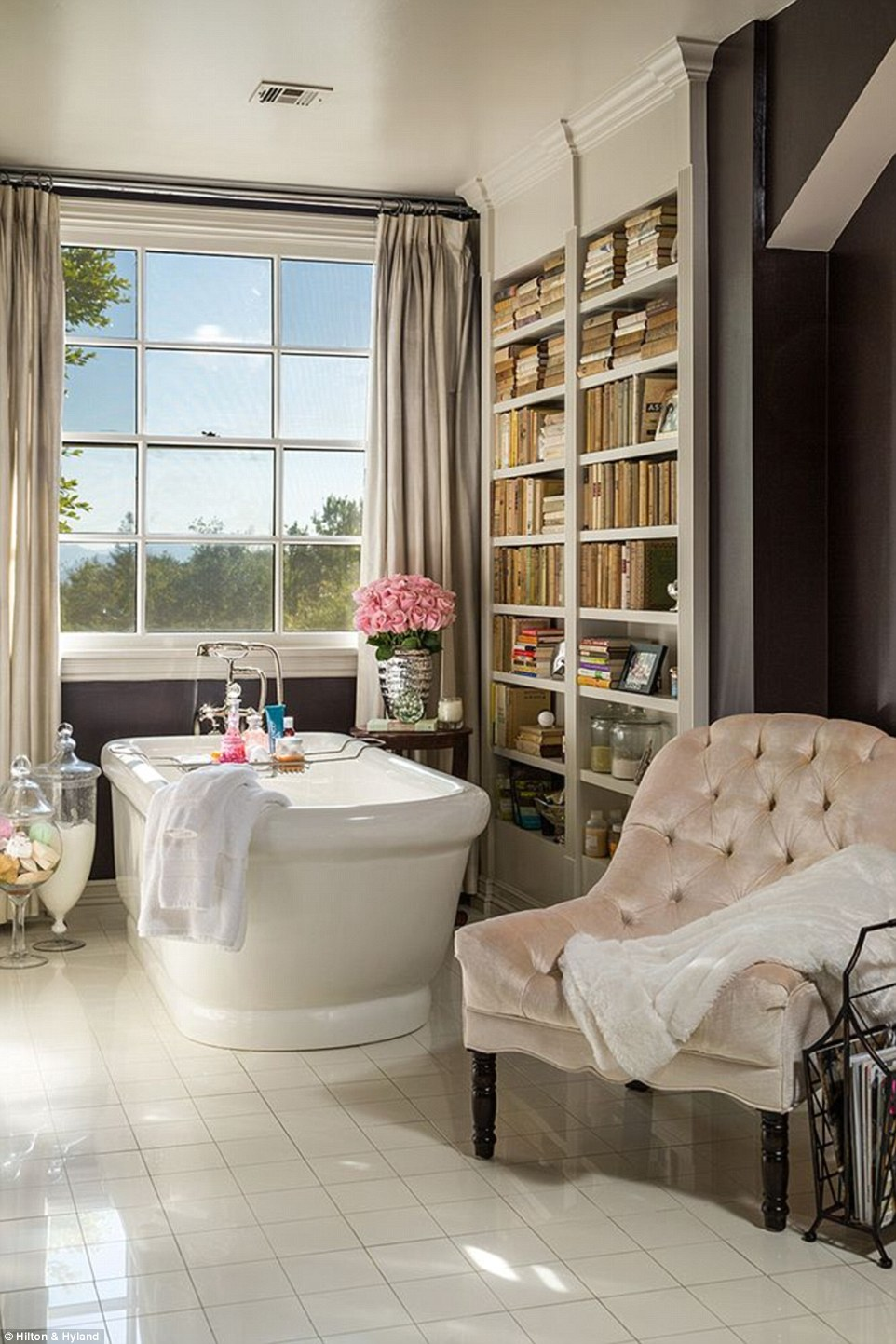 Cleaning up nicely! The bathroom gave just another glimpse of JLo's knack for stylish home decor