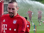 epa05268721 (L-R) Fitness coach Holger Broich, Franck Ribery, Mario Goetze, and Thomas Mueller run during an FC Bayern Munich training session at team training grounds in Munich, Germany, 20 April 2016.  EPA/PETER?KNEFFEL