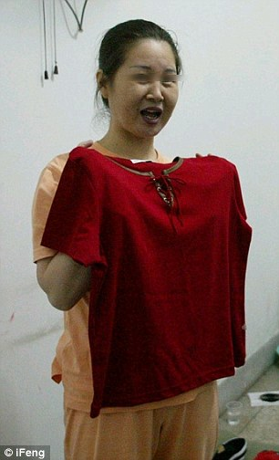 Dai Donggui tries on an outfit for her to wear before her execution