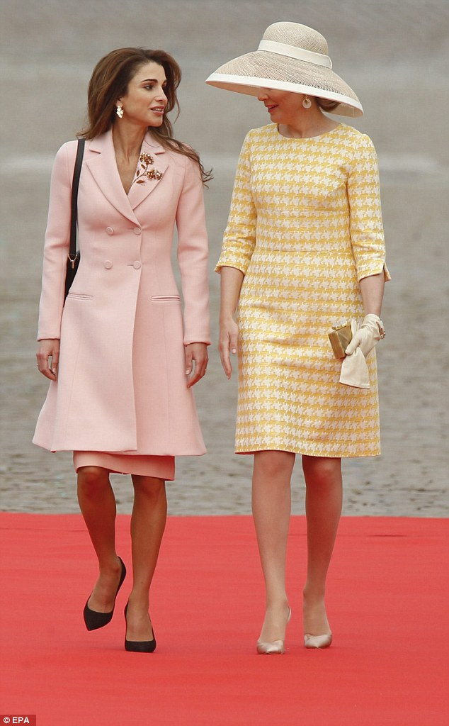 Both quickly recovered their composure after the slightly awkward moment and chatted happily as they walked towards the palace
