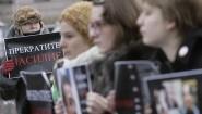 """Aktivistender Moskauer Helsinki-Gruppe demonstrieren mit dem Slogan """"Stoppt Gewalt"""" auf einem Plakat, um russische Journalisten zu unterstützen. (picture alliance / dpa / Artyom Korotayev)"""