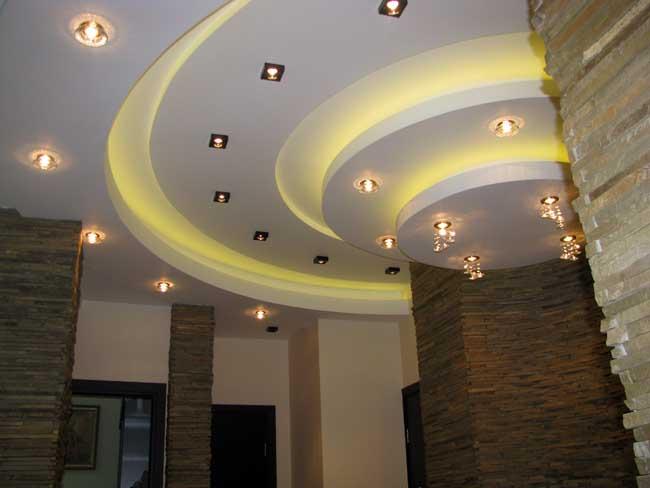 многоуровневый потолок из гипсокартона в офисе