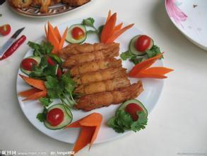 央视记者探访了山东临沂市平邑县和蒙阴县一些蜜饯加工厂,厂内遍地都是晾晒的桃肉,一些老板表示,这里生产的桃肉大多没有生产许可证、卫生许可证。
