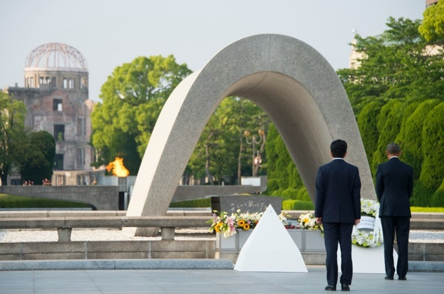 Japanese Prime Minister Shinzo Abe (L) looks on as US President Barack Obama (R) lays a wreath during a visit to the Hiroshima Peace Memorial Park in Hiroshi...