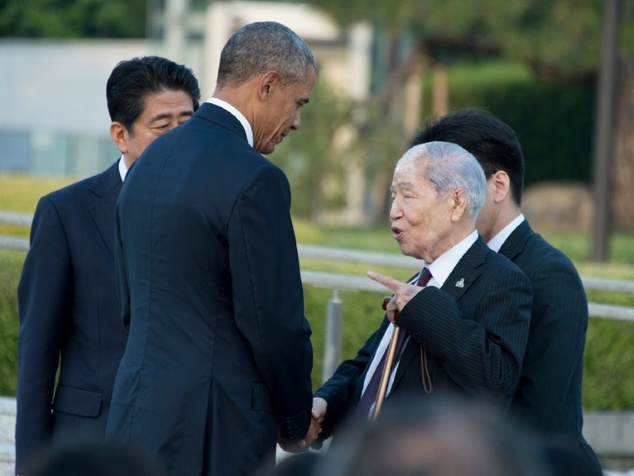 US President Barack Obama (2nd L) speaks to Sunao Tsuboi (2nd R), a survivor of the 1945 atomic bombing of Hiroshima, as Japan's Prime Minister Shinzo Abe (b...
