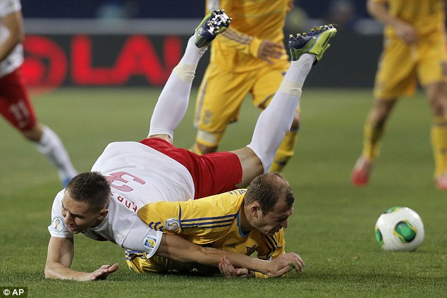 Eager: Artur Jedrzejczyk and Roman Zozulya are desperate for possession