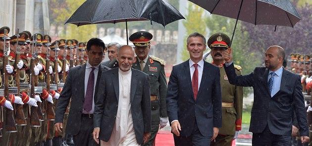 Generální tajemník NATO Jens Stoltenberg s afghánským prezidentem Ašrafem...