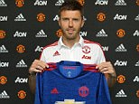 English midfielder Michael Carrick has signed a one-year contract extension with Manchester United