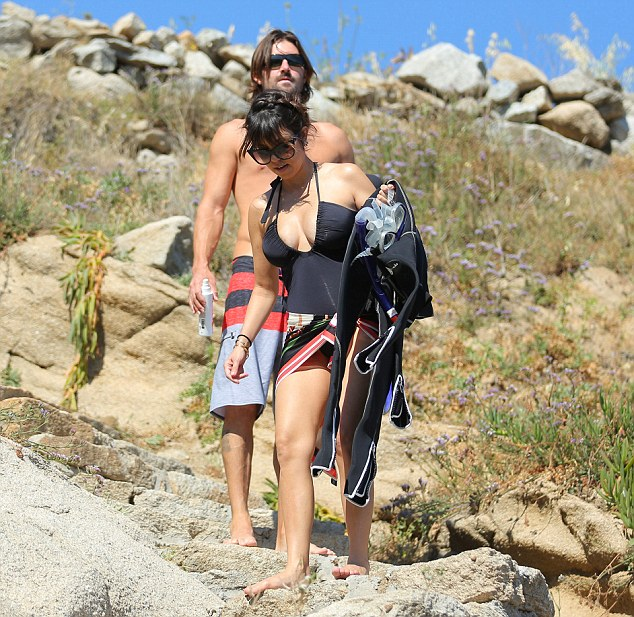 Safety hazard! The siblings dared to descend the rocky mountainside barefoot