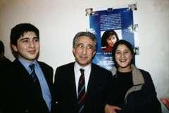 Mehdi Zana avec son fils Ronahi et sa fille Ruken à Paris devant une photo de Leyla Zana