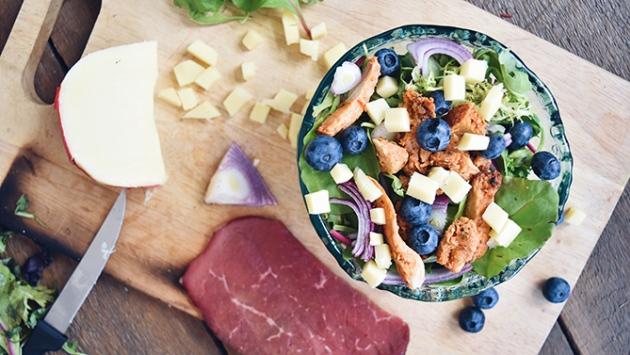 Salade repas avec des bleuets