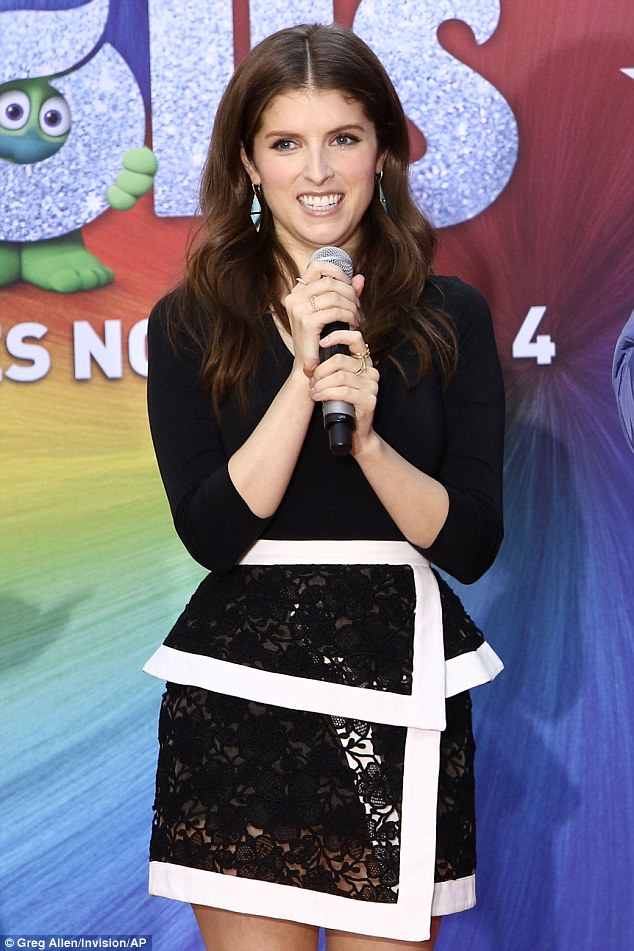 Right note: Anna wore a lace wrap-around skirt with bright white trim