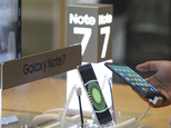 A visitor tries out a Samsung Electronics Galaxy Note 7 smartphone at the company's shop in Seoul in Seoul, South Korea, Monday, Oct. 10, 2016. Samsung Electronics has temporarily halted production of its Galaxy Note 7 smartphones, South Korea's Yonhap news agency reported Monday, following reports that replacements for the fire-prone phones were also overheating. (AP Photo/Ahn Young-joon)