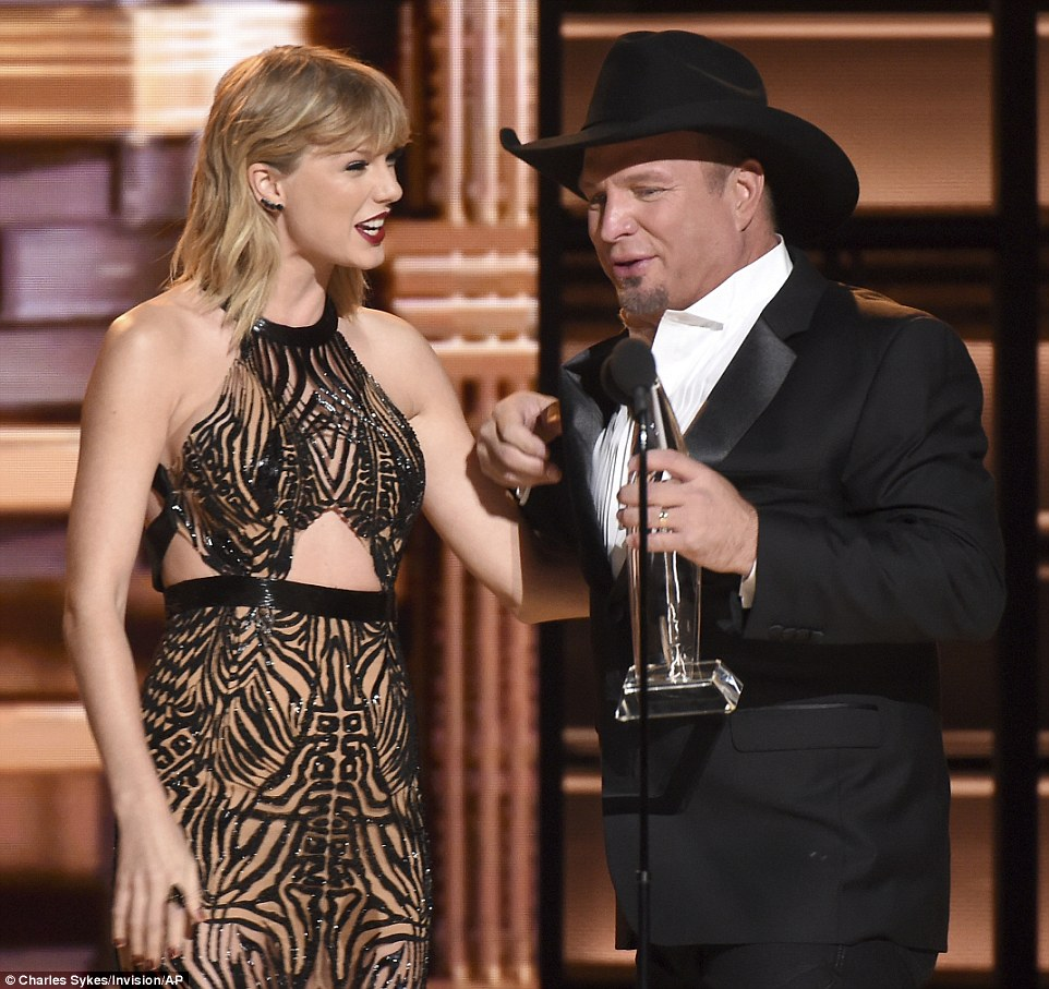 Superstars:Ultimately it was Garth Brooks who earned top honors as he and Taylor shared a cute moment while accepting his shiny new trophy