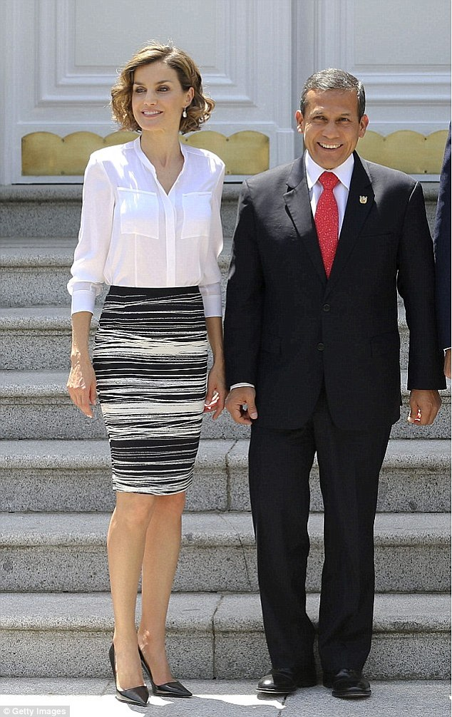 The outfit resurfaced in July 2015 during an audience with Peruvian president on the first day of their official visit to Spain. On this occasion Letizia left her Hugo Boss jacket at home thanks to the warmer weather