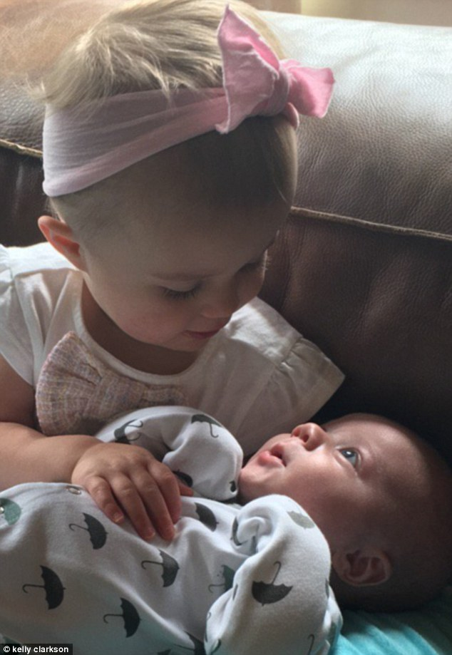 Just love: Kelly shared this sweet photo of her two youngest on Twitter