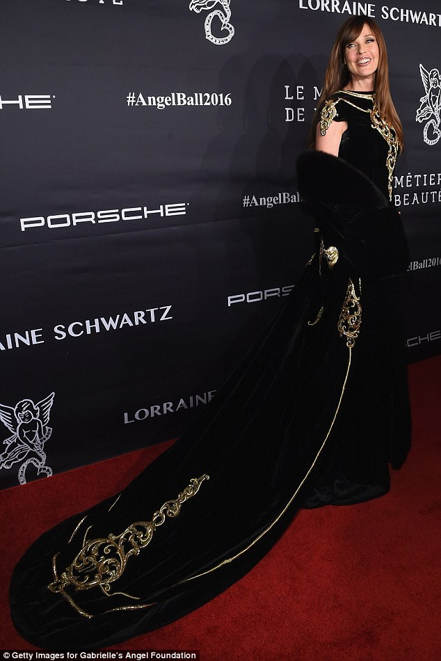 Majestic! The former supermodel and actress wrapped an extremely long shawl around her shoulders which matched her gown's luxurious design