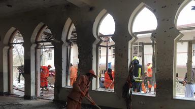 Trümmer einer schiitischen Moschee, nach einem Selbstmordanschlag, werden aufgeräumt