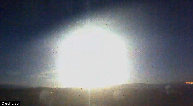 Witnesses described feeling 'the earth moving' and compared the impact to a small earthquake or explosion. The night sky was completely illuminated and observatories all over southern Spain reported the light
