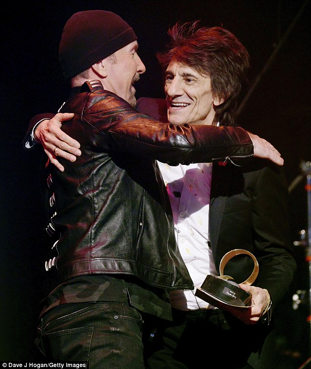 Later on in the evening Ronnie headed up on stage to present U2's guitarist, The Edge, with the Gibson Les Paul award for his unique musical style as a guitarist