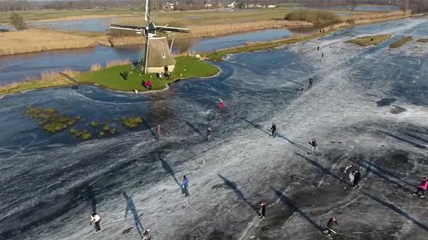 Buz tutmuş sularda paten keyfi