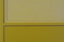 Peinture mat velouté dans les tons moutarde. Panneaux travaillés avec la patine aspect nacré
