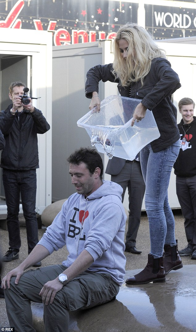 Get ready! The blonde beauty made a fan's day by helping him partake in the ALS Ice Bucket Challenge