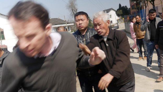 BBC记者沙磊在当地采访过程中遭到不明人士暴打。