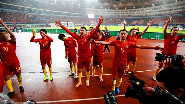 如释重负!国足众将赛后与球迷共同庆祝