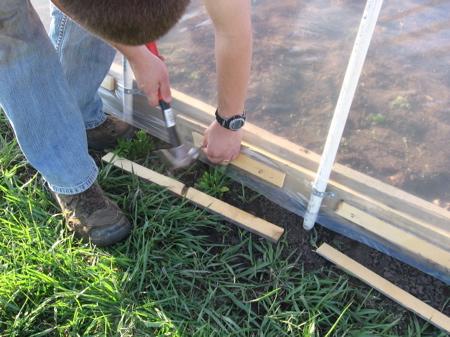 greenhouse10 - Как самостоятельно построить недорогую теплицу из пластиковых труб