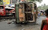 印度西孟加拉邦骚乱 抗议民众向军队投掷炸弹