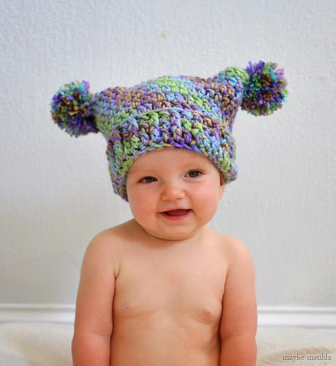 Free crochet pattern to make this adorable pom pom hat!