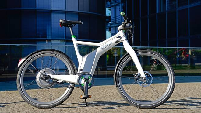 Daimler-Benz's motorized smart ebike will be available at your local smart store in July starting at $3,240. (Richard Russell photo)