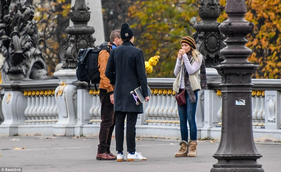 Chat: Paris stopped for a quick chat with some fellow tourists at thePont Alexandre III